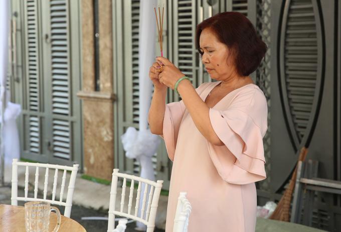 Mẹ Nhã Phương thắp hương cầu khấn cho hôn sự của con gái diễn ra suôn sẻ, thuận lợi. Thời tiết những ngày tháng 9 ở Sài Gòn hay mưa, khiến hai gia đình khá lo lắng.