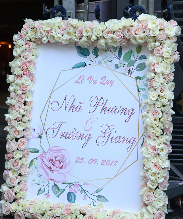 Tấm bảng thông báo lễ vu quy của Trường Ginag - Nhã Phương kết hoa hồng trang trọng.