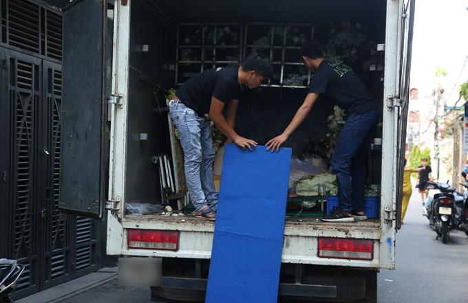 Hơn 10h, một chiếc xe tải chở hoa cưới đỗ trước cửa nhà cô dâu để các nhân viên chuẩn bị trang hoàng cho không gian lễ vu quy.