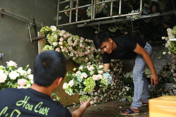 Nhã Phương sử dụng hoa hồng xen kẽ cẩm tú cầu cho ngày trọng đại.