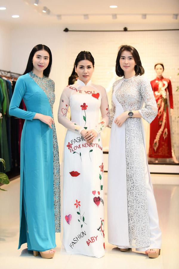 Diễn viên Quỳnh Hoa (giữa) cùng hai người mẫu song sinh Huyền Thư, Thư Huyền cũng ghé showroom của NTK Kenny Thái để chọn lựa áo dài