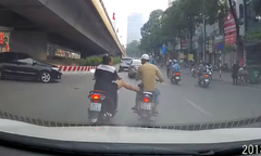 Người phụ nữ giơ chân đạp 'dằn mặt' thanh niên chạy xe máy ẩu