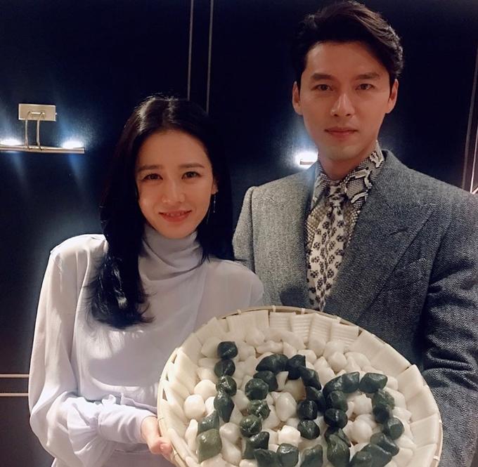 Son Ye Jin và Hyun Bin chụp hình chung, chúc mừng The Negotiation bán được 1 triệu vé trong tuần đầu công chiếu. Ảnh: Instagram