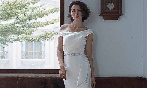 Anh Thư tôn nét gợi cảm với váy đơn sắc