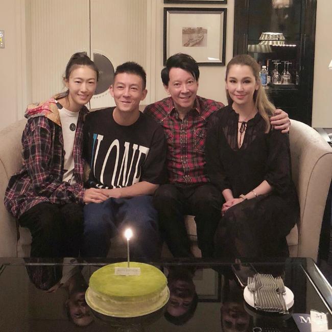 Tết Trung thu cũng là sinh nhật của bố đẻ Trần Quán Hy, anh cùng gia đình hội ngộ trong niềm vui, tiếng cười không ngớt. Tài tử Hong Kong ngồi bên cạnh vợ, tay nắm tay cô rất tình cảm.