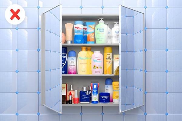Không để mỹ phẩm trong nhà tắm Tiến sỹ Debra Jaliman cảnh báo không nên cất trữ đồ làm đẹp trong phòng tắm vì không khí ẩm ướt khiến chúng nhanh hết hạn. Kem bôi mặt và các loại mỹ phẩm làm đẹp khác mà bạn thường không sử dụng nên được cất trong tủ lạnh.