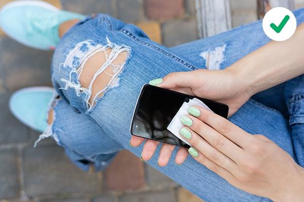 Vệ sinh màn hình điện thoại