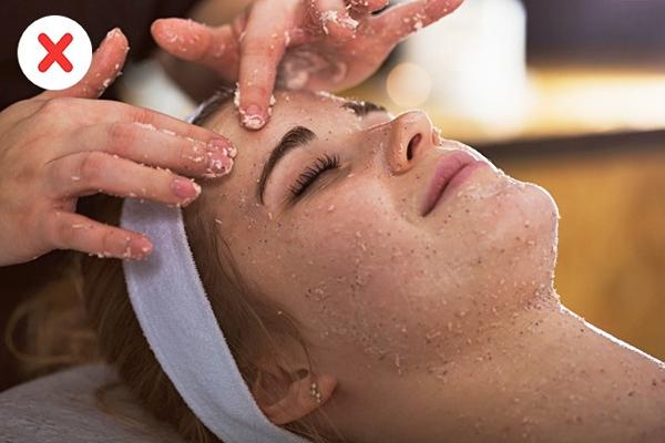 Không dùng tẩy tế bào chết dạng hạt, cọ rửa mặt khi da bị mụn Christie Kidd - chuyên gia chăm sóc da ở Beverly Hills, khuyên đừng bao giờ dùng bất kỳ sản phẩm chăm sóc da có tính mài mòn (bọt biển, cọ) nếu da có mụn trứng cá, bởi sẽ dẫn đến viêm da. Bất kỳ loại da nào cũng cần được làm sạch một cách nhẹ nhàng mà không cần xà bông, để giảm sưng tấy và viêm, hãy bôi nước và aspirin lên các vết thương.