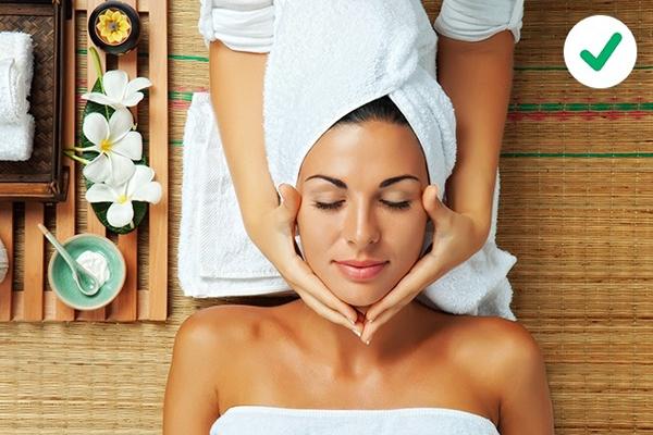 Nên massage mặt thường xuyên Massage mặt sẽ giúp giảm bọng mắt  Ole Henriksen khuyên massage da mặt để ngăn ngừa bọng mắt. Massage sẽ kích thích sự di chuyển của bạch huyết, làm da mịn màng và giảm bọng mắt.