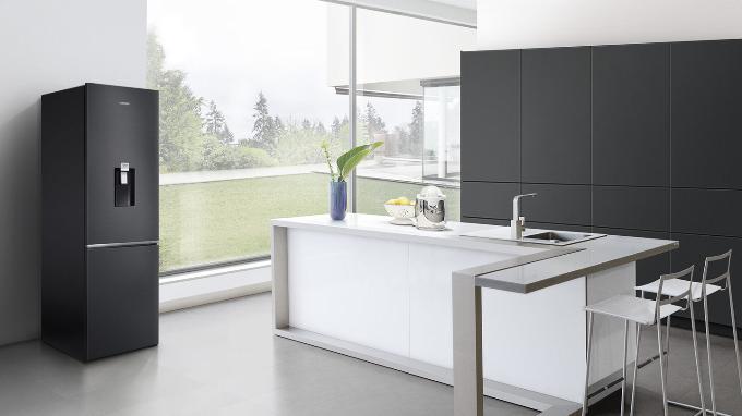 Không chỉ có công năng mạnh mẽ, tủ lạnh Samsung BMF mới còn nổi bật với phong cách thiết kế đương đại với hai màu đen titan và bạc bóng bẩy. Phần vỏ chất liệu thép không gỉ,thiết kế phẳng chính là những nét đặc trưng làm nên nét đẹp giản dị nhưng không kém phần sang trọng, biến chiếc tủ lạnh trở thành trung tâm của không gian bếp, hài hòa với nội thất hiện đại trong gia đình.