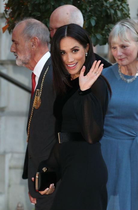 Meghan vẫy tay chào người hâm mộ chờ sẵn bên ngoài Học viện Nghệ thuật Hoàng gia ở London để được nhìn thấy cô. Ảnh: PA.