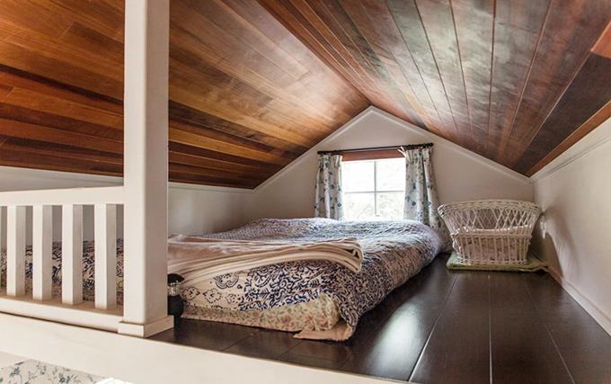 Phòng ngủ trên gác mái ấm mang phong cách cổ tích, ấm cúng nhưng không kém phần lãng mạn.