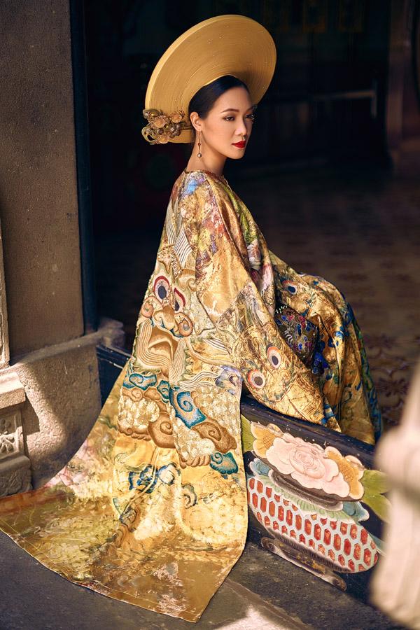 Mặc dù lấy cảm hứng từ phụng bào của các hoàng hậu thời xưa nhưng các thiết kế vẫn mang hơi thở của cuộc sống hiện đại.