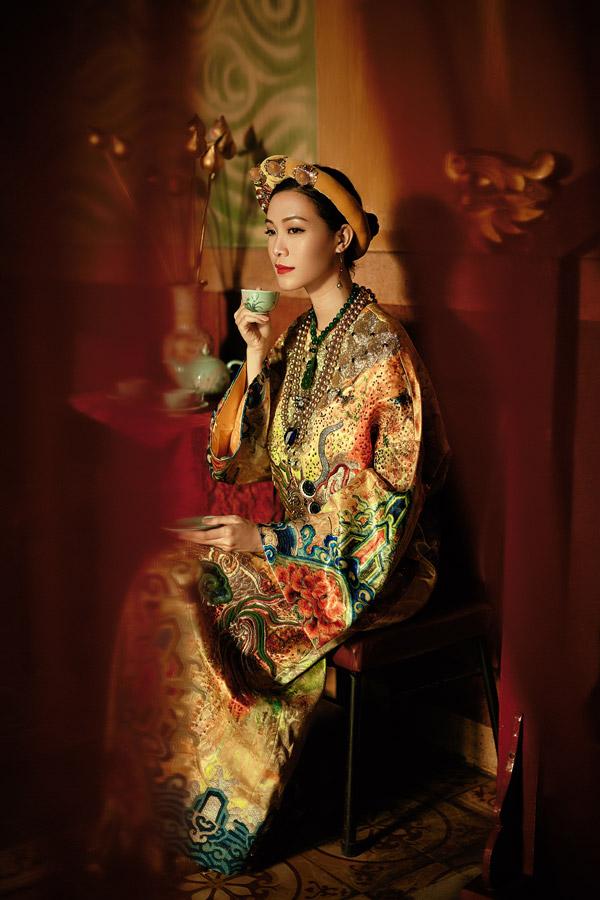 Trên nền các chất liệu lụa, gấm hayorganza, trang phục được phối những sắc màu và họa tiết quen thuộc mà bà hoàng thờixưa thường mặc.