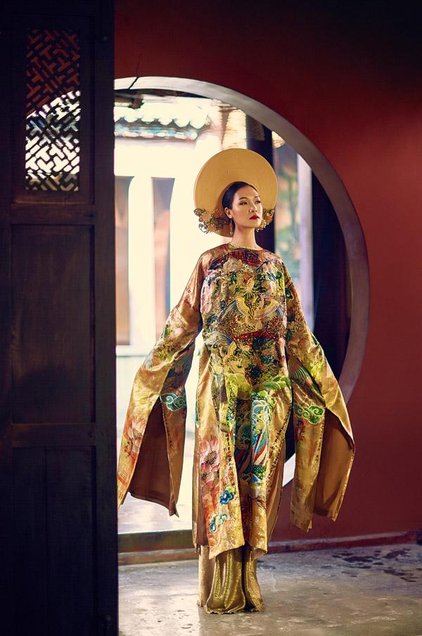 Màu vàng - tông màu chủ đạo trong trang phục hoàng gia, được hai nhà thiết kế Thế Huy và Hải Long khai tháctriệt để trên cả trang phụclẫn các phụ kiện như mấn đội đầu, trâm cài tóc.