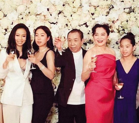 Vợ chồng ông Hình Lý Nguyên và ba con gái tại một sự kiện năm 2016.