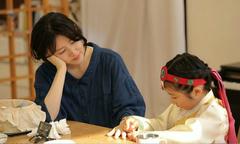 Con gái Lee Young Ae tô son, sơn móng tay cho mẹ