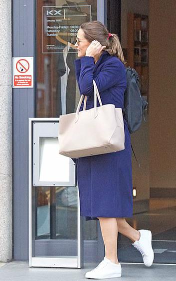 Pippa Middleton rời phòng tập thể hình KX ở London hôm 25/9, ít ngày trước khi sinh con đầu lòng. Ảnh: Backgrid.