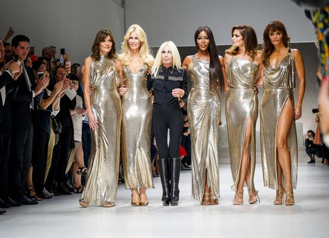 Nhà thiết kế Donatella Versace (giữa và dàn siêu mẫu huyền thoại thập niên 90 (từ trái qua): Carla Bruni, Claudia Schiffer, Naomi Campbell, Cindy Crawford và Helena Christensen trong show diễn Versace xuân hè 2018 diễn ra tại Milan năm 2017. Ảnh: Fashion.