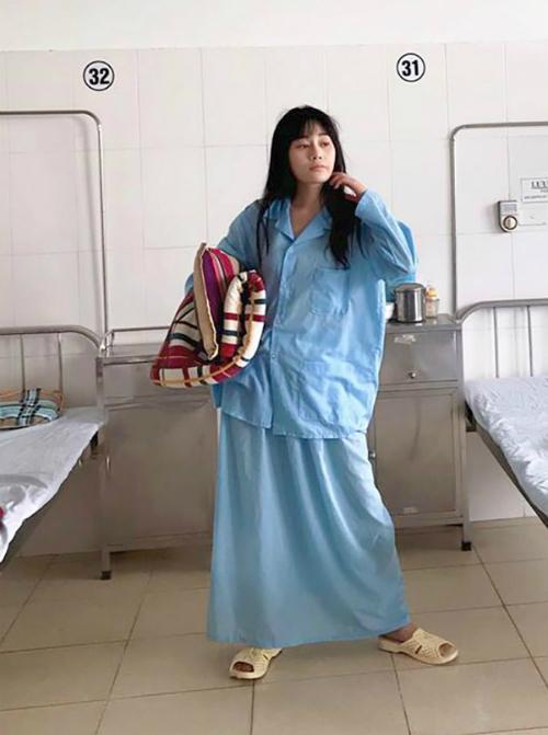 Trong thời gian đóng Quỳnh búp bê, Phương Oanh không ngần ngại tự đăng những khoảnh khắc mình xấu xí tại phim trường. Hàng cực cao cấp, nhận order cả set và phụ kiện đi kèm, cô chú thích hài hước cho bức ảnh mình mặc trang phục sản phụ ở bệnh viện.