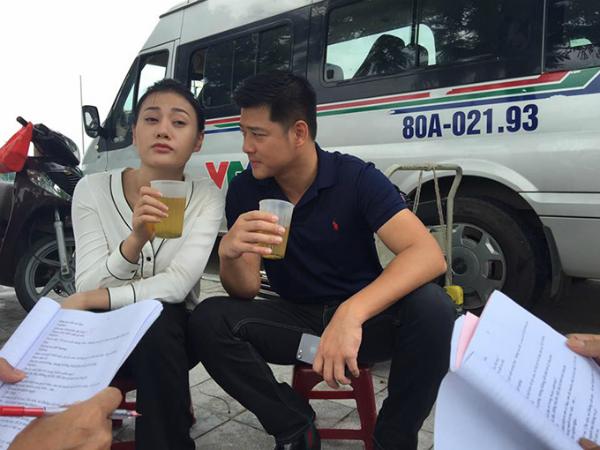 Diễn viên Hải Anh đảm nhận vai bạn trai của Quỳnh sau này. Trên trang cá nhân, anh chia sẻ ảnh chụp tại hậu trường cùng nữ chính và viết: Em Quỳnh Búp Bê cụng bia quen rồi nên không chịu cụng trà đá với mình. Nam diễn viên nhận vai khi bộ phim đã quay được quá nửa.