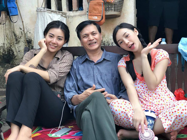 Quỳnh Kool (bìa phải) vào vai Đào, em gái của Thanh Hương.Tại buổi họp báo ra mắt phim, nữ diễn viên vừa cười vừa nói: Tôi chỉ mong sớm được ra thành phố làm cave giống như các chị vì phải ăn mặc quê mùa trong hầu hết các cảnh quay.