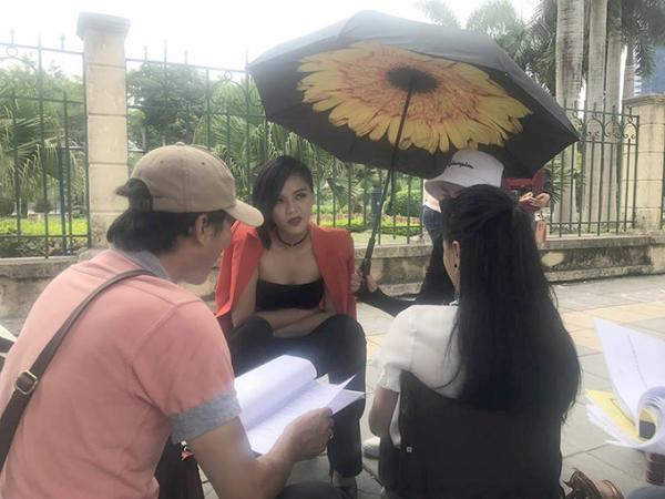 Thu Quỳnh khoác áo hờ dưới cái nóng gần 40 độ khi nghe đạo diễn Mai Hồng Phong chỉ đạo diễn xuất. Lần đầu tiên đóng vai phản diện, cô được khán giả và các đồng nghiệp đánh giá cao về khả năng diễn xuất.