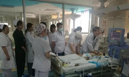 30 y bác sĩ thay nhau hồi sức tim phổi trong 5 tiếng cứu sống bé 8 tuổi