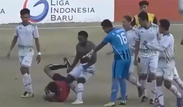 Cầu thủ Persiwa Wamena hành hung trọng tài. Ảnh: CMH.