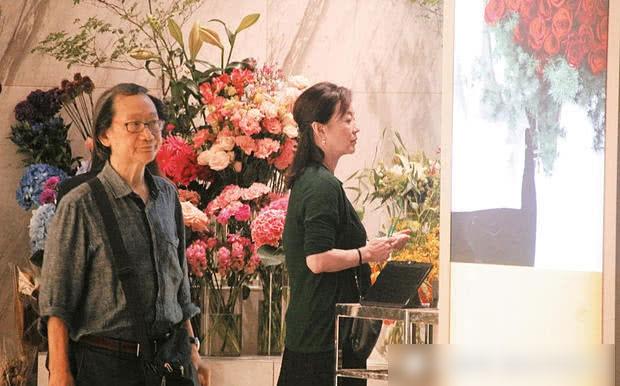 Ngày 26/9, diễn viên Lâm Thanh Hà xuất hiện tại một khu trung tâm thương mại với một vài vệ sĩ, trợ lý. Nữ diễn viên để mặt mộc, trang phục rộng rãi, thần sắc kém tươi. Tin đồn Lâm Thanh Hà bỏ chồng tỷ phú vì vị này ngoại tình, có con rơi gây xôn xao làng giải trí những ngày qua, nhưng đến hiện tại, nữ diễn viên vẫn chưa lên tiếng phản hồi.