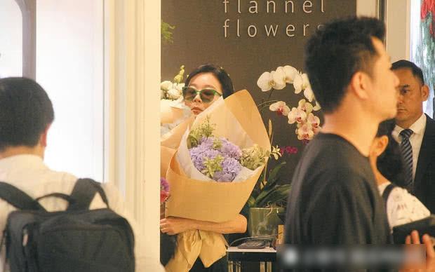 Lâm Thanh Hà chọn một vài bó hoa trước khi ra về.