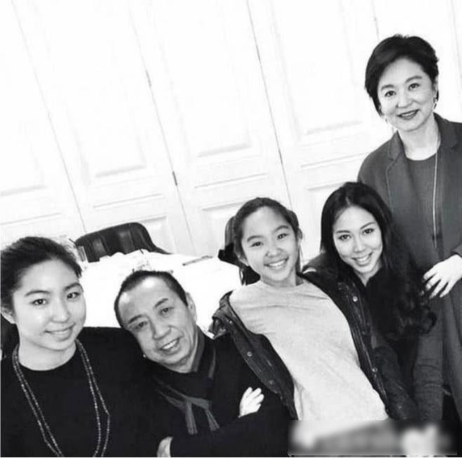 Bức ảnh gia đình Lâm Thành Hà, khi vợ chồng còn hạnh phúc.  Lâm Thanh Hà là diễn viên nổi tiếng Đài Loan, cô phát triển sự nghiệp ở Đại lục và rất được khán giả mến mộ. Khán giả đặc biệt yêu thích cô qua các tác phẩm cổ trang thập niên 90 như Tiếu ngạo giang hồ, Trùng khánh sâm lâm, Đông tà tây độc, Bạch phát ma nữ, Tân Long Môn Khách sạn...