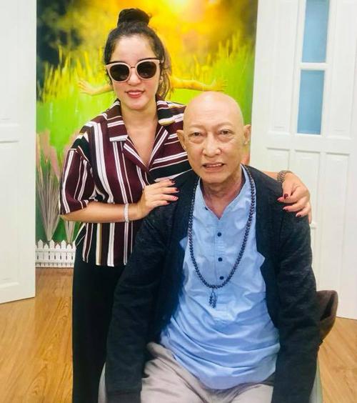 Thúy Nga chụp ảnh bên nghệ sĩ Lê Bình.