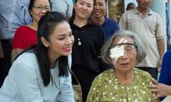 Việt Trinh giúp 120 cụ già ở Quảng Ngãi mổ mắt