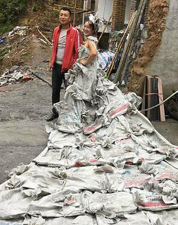 Tan Lili (28 tuổi) khoác bộ váy cưới tự chế từ 40 bao xi măng đứng cạnh chồng trong sân ngôi nhà đang tu sửa của họ ở Lũng Nam, Cam Túc, Trung Quốc hôm 19/9. Ảnh: Weibo.