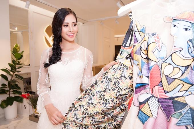 Lần đầu tiên đi nước ngoài với cương vị Hoa hậu Việt Nam, Tiểu Vy tỏ ra hào hứng. Cô lựa chọn và chuẩn bị kỹ lưỡng cho lần xuất ngoại này.