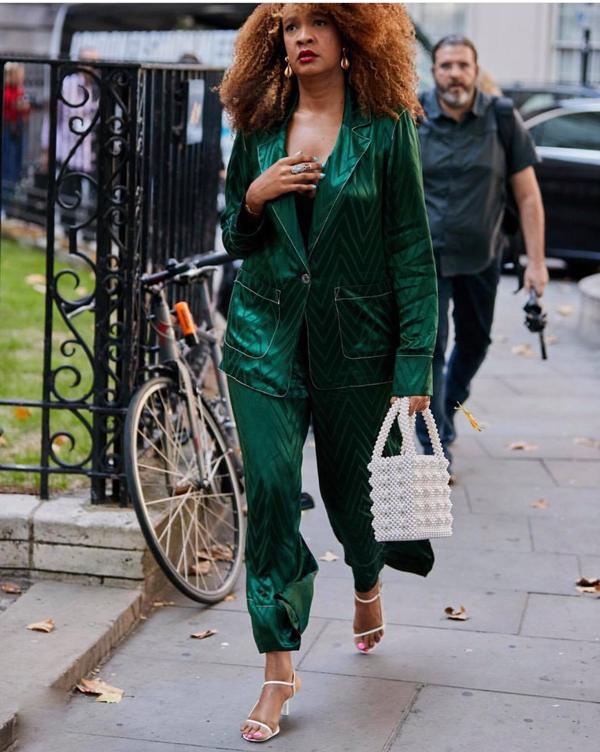 Túi kết hạt là một trong những xu hướng lên ngôi ở mùa thời trang 2018. Các cô nàng mê chưng diện chọn sản phẩm này để kết hợp với nhiều phong cách thời trang khác nhau.