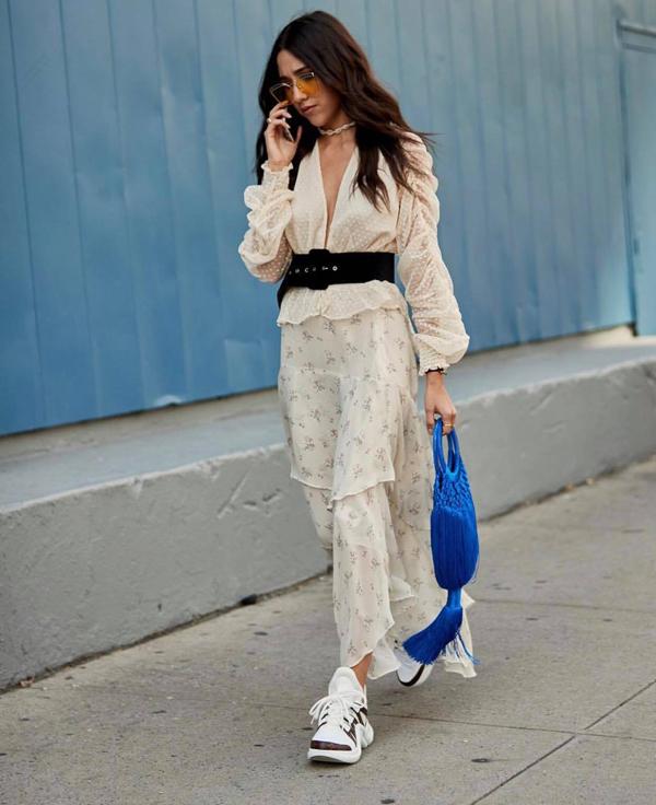 Túi dây đan với chùm tua rua dài với nhiều gam màu bắt mắt tạo nên điểm nhấn cuốn hút cho phong cách street style của phái đẹp thế giới.