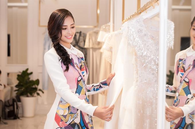 So với nhiều đàn chị Hoa hậu khác, Tiểu Vy sở hữu nhan sắc lai Tây hiện đại, cuốn hút.