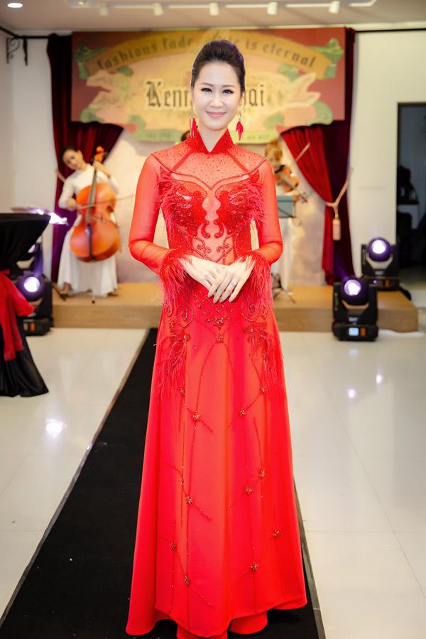 Hoa hậu Dương Thùy Linh chọn thiết kế đỏ rực với phần thân trên xuyên thấu, khoe vòng 1 gợi cảm.
