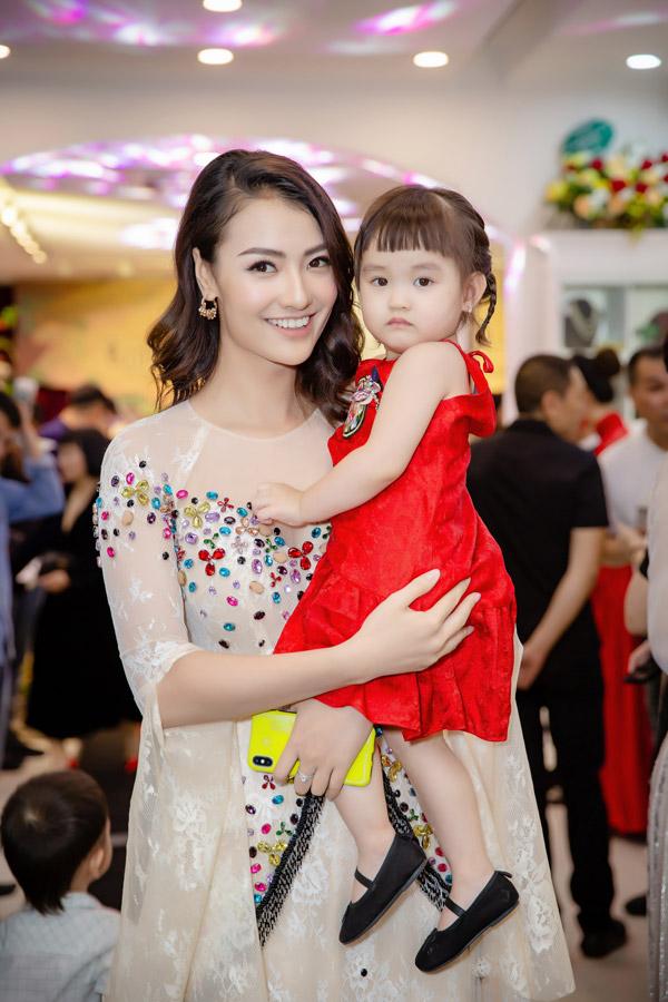 Chân dài Hồng Quế bế con gái Cherry đi sự kiện.
