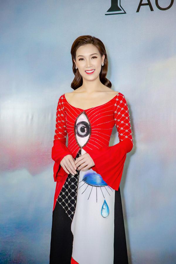 Hoa hậu Phí Thùy Linh diện áo dài có in họa tiết độc đáo.