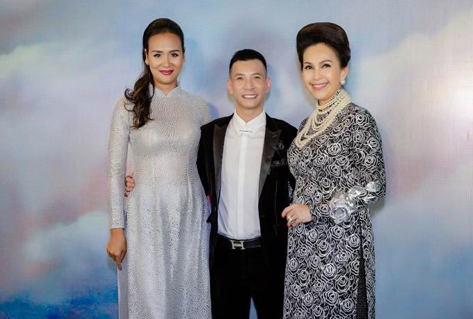 Diễm My và cựu siêu mẫu Bảo Ngọc chúc mừng NTK Kenny Thái. Anh là chuyên gia make-up nổi tiếng, từng làm đẹp cho cả hai nhiều năm về trước.