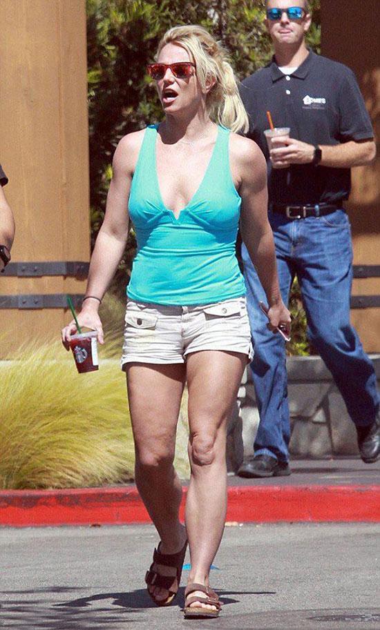 Britney Spears được trông thấy rời phòng khám nha khoa ở Los Angeles hôm 27/9. Ngôi sao nhạc pop để mặt mộc, ăn vận giản dị.
