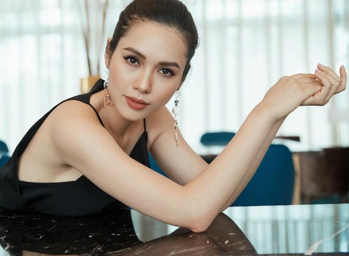 Á hậu Hoàng My xinh đẹp hút ánh nhìn trong bức ảnh chụp ở Phú Quốc. Người đẹp triết lý: Có những phụ nữ tự đánh mất mình trong thử thách. Có những phụ nữ mạnh mẽ, hoàn thiện mình hơn cũng từ những thử thách.