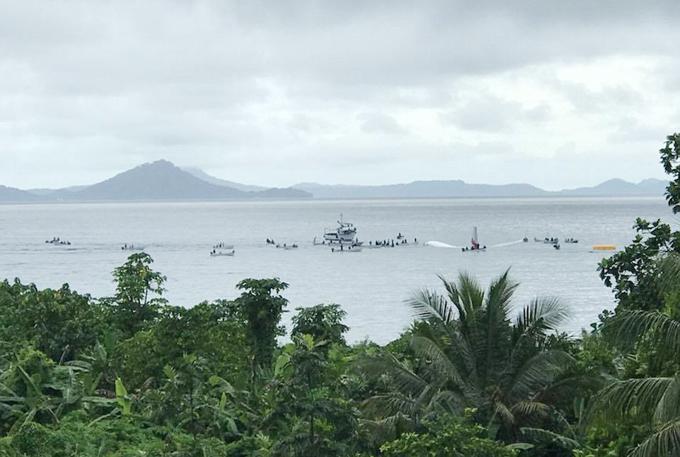 Người dân địa phương ở gần sân bay Chuuk tự chạy thuyền ra cứu hộ những hành khách trên chiếc máy bay gặp nạn. Ảnh: Jonah Kovii Hainrick.