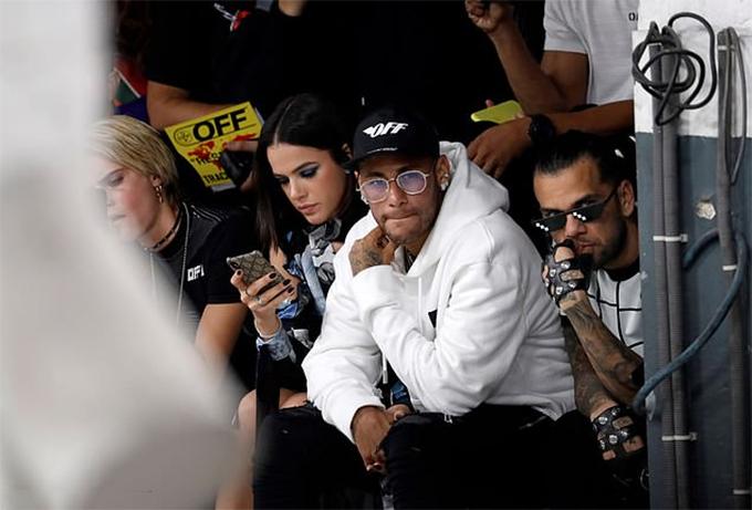 Hôm 27/8, Neymar cùng bạn gái Bruna Marquezine tới xem show thời trangXuân - Hè tại Tuần Lễ thời trang Paris. Ngồi cạnh Neymar là đồng đội của anh ở CLB PSG và tuyển Brazil Dani Alves.
