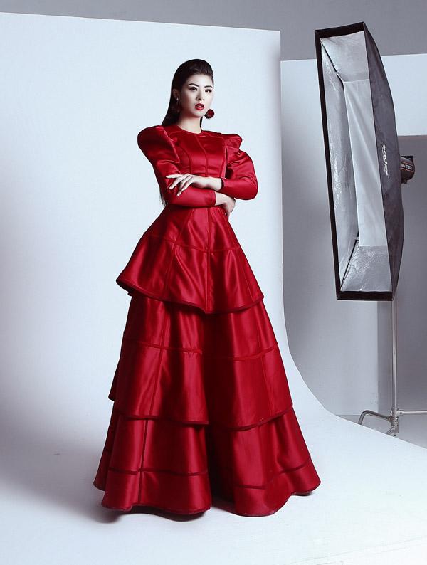 Thiết kế dạ hội với chi tiết vai bồng, thân dưới xếp ly tôn lên vẻ uy quyền cho Hoa hậu Việt Nam 2010.