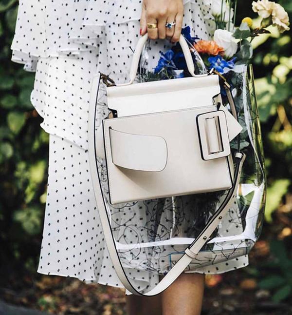 Sau một mùa oanh tạc làng mốt, túi nhựa trong vẫn được yêu thích. Các fashionista chọn chúng để mix cùng túi da đơn sắc khi đi dạo phố.
