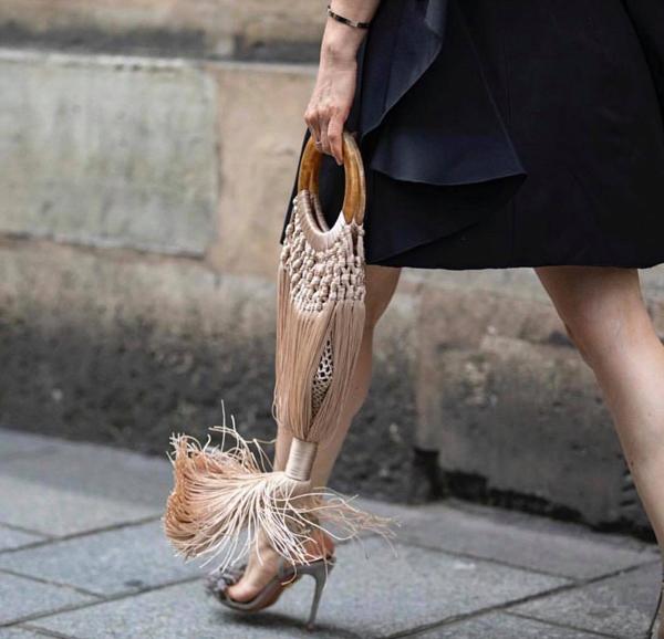 Năm nay, trang phục tua rua không còn ăn khách như các mùa trước, nhưng túi xách tua rua lại làm nên chuyện và được đón chào một cách nồng nhiệt.